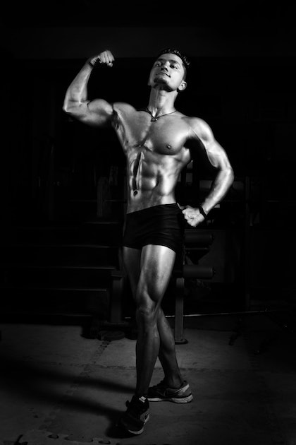 Posende Männer im Fitnessstudio