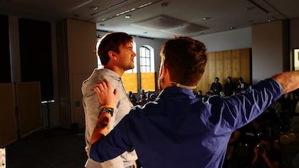 Dominik van Awe baut Selbstbewusstsein auf bei einem Teilnehmer auf der Bühne auf