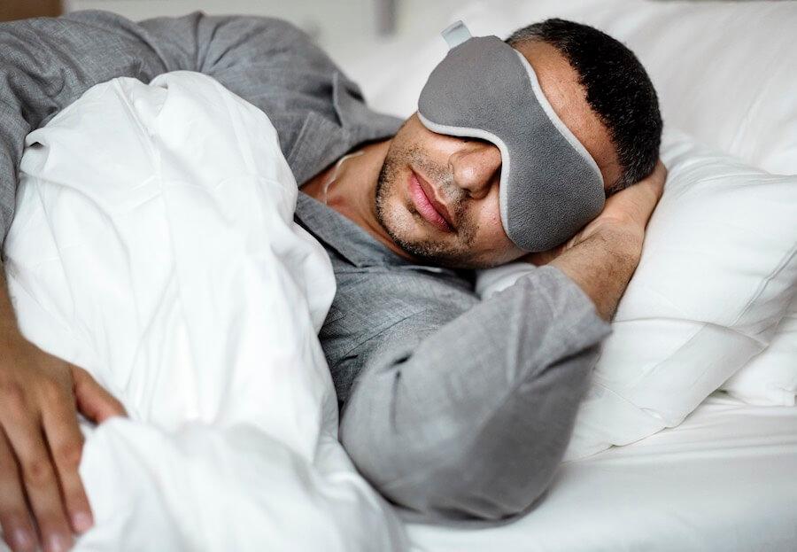 Verwende eine Schlafmaske