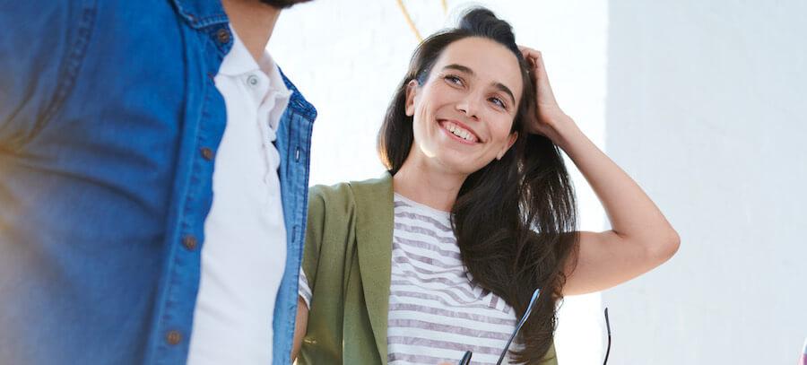 Körpersprache Frau - Sie streicht sich die Haare zur Seite