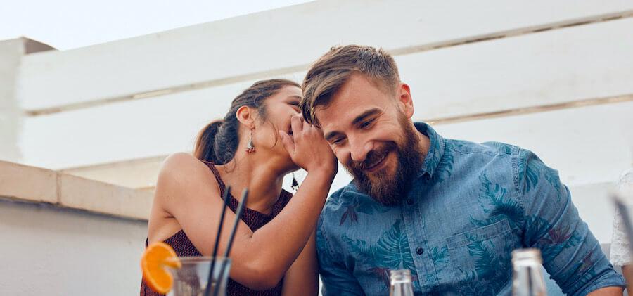 Körpersprache Frau - Sie sucht deine Nähe
